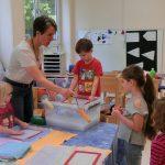 Nicole Lürken (AWA) mit Kindern